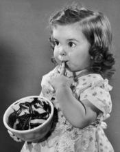 menina-comendo-brigadeiro-na-panela